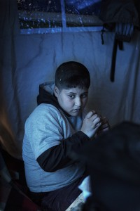 L'Ajar es refugia de la pluja dins de la tenda
