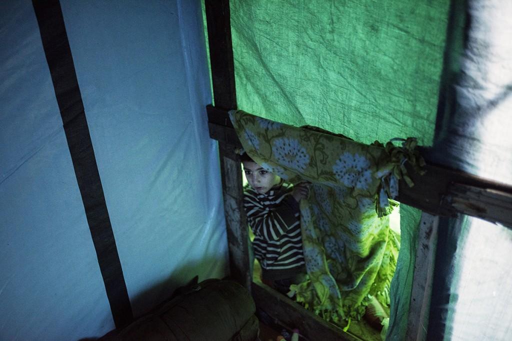 L'Isham mira dins de la tenda on viu amb la seva familia