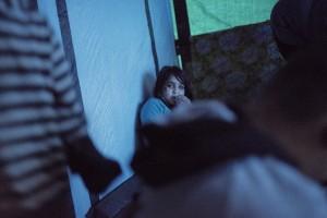 La Shinia es refugia de la pluja dins la barraca on viu amb la seva familia