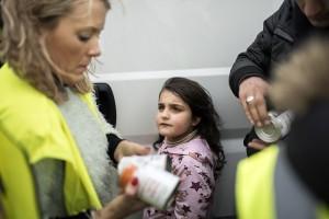 La Shinia mira una voluntaria a la cua per a recollir aliments