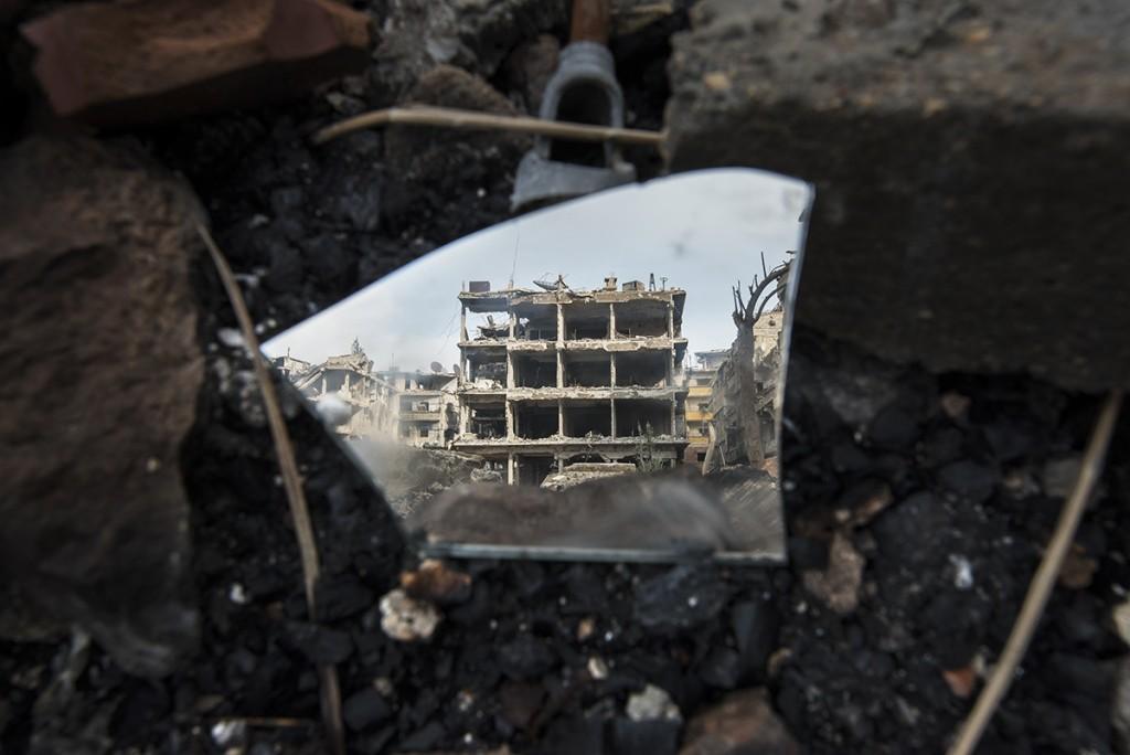 Un cristal roto refleja el estado de los edificios del Yarmouk.