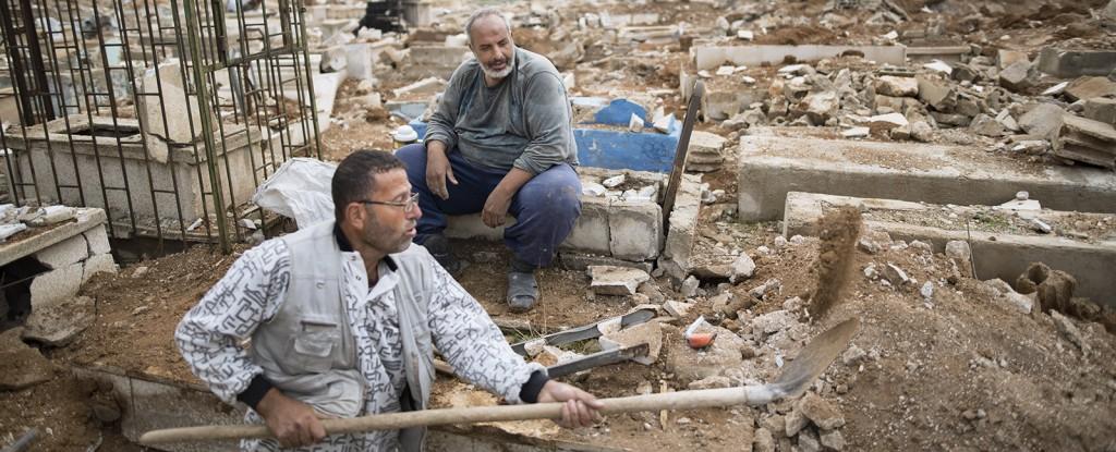 Abu Hussam y Abu Ahmad, enterradores del cementerio, preparan una nueva tumba.
